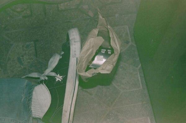 Otra foto en la que se ve, además del pie del guitarrista, una bolsa con una caja de cartuchos de bala de escopeta