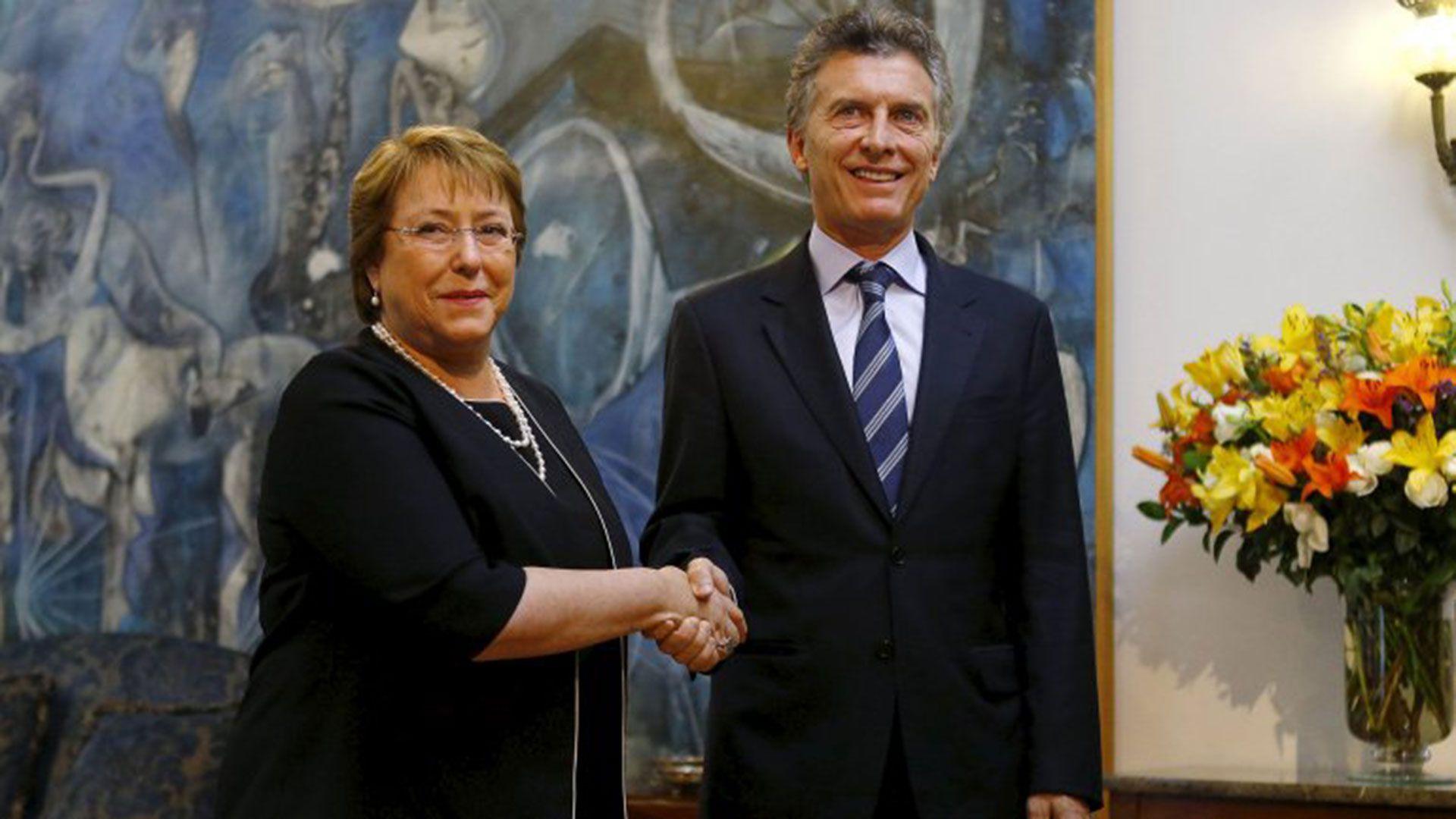 Mauricio Macri junto a Michelle Bachelet: ambos compartirán las tareas en el Club de Madrid
