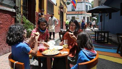 Un grupo de personas comparte al aire libre en la plaza del Chorro de Quevedo en Bogotá (Colombia). EFE/ Carlos Ortega/Archivo