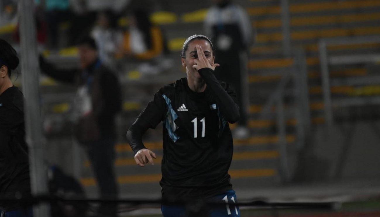 Mariana Larroquette celebra uno de los tres goles con lo que la Selección goleó a Perú (@Argentina)