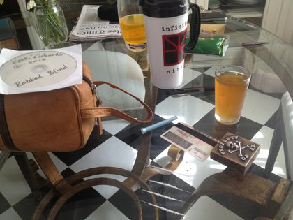 La imagen que fue expuesta ante la corte como prueba de las adicciones del actor: whisky y cocaína esparcida sobre la mesa de su vivienda (REUTERS)