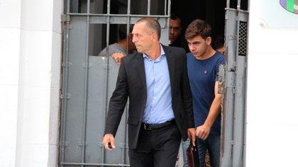 El abogado Tomei al salir del penal de Dolores junto a Guarino y Milanesi (Ezequiel Acuña