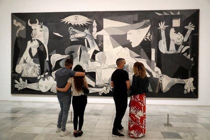 """Varias personas observan """"El Guernica"""" de Pablo Picasso en el museo Reina Sofía, tras su reapertura (EFE/ Chema Moya)"""