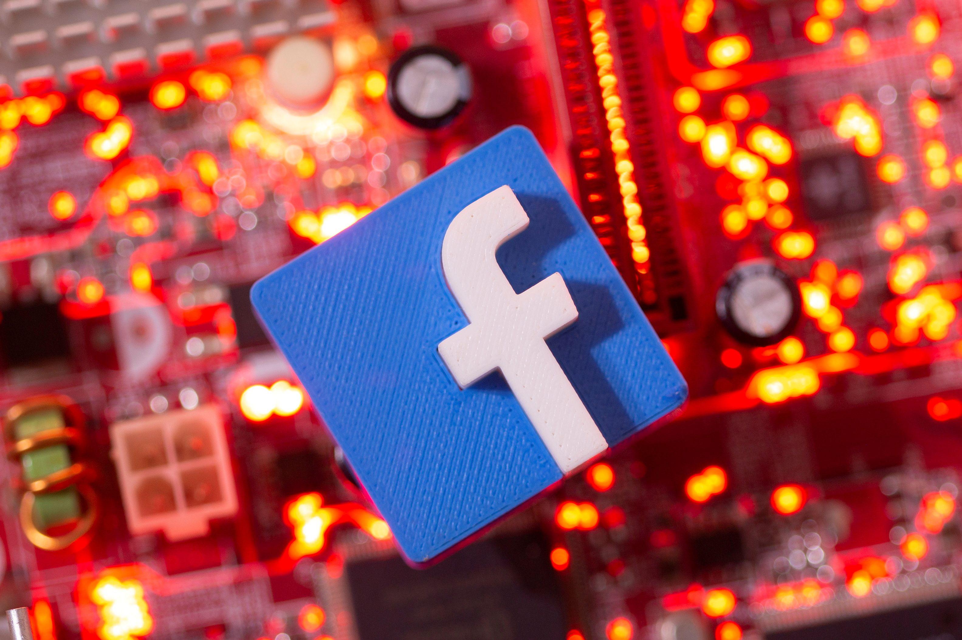 Facebook está trabajando en un smartwatch para monitorear la actividad física del usuario (REUTERS/Dado Ruvic/Illustration/File Photo)