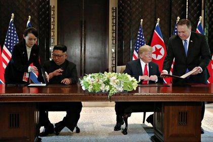 Kim Yo-jong junto a su hermano Kim Jong-un, durante una cumbre con el presidente Donald Trump y el Secretario de Estado, Mike Pompeo, en Singapur, en junio de 2018 (Reuters)