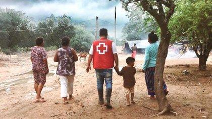 Pablo, durante la inundación de Santa Victoria Este de 2018, junto al nene que lo agarró de la mano y nunca lo soltó.