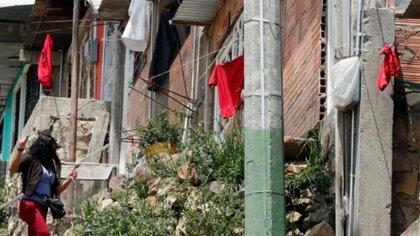 Trapos rojos en ventanas, como símbolo con el que se identifican las familias que necesitan comida durante la cuarentena. Mauricio Dueñas Castañeda \EFE