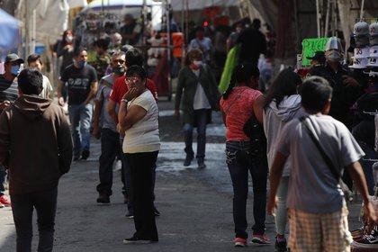 Vista de puestos ambulantes en calles del centro histórico de Ciudad de México (Foto: EFE/José Méndez)