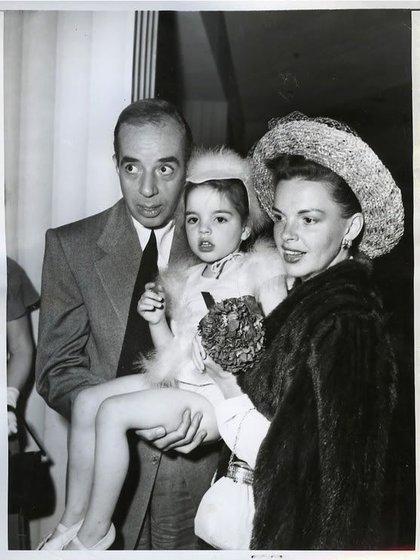 """Liza Minnelli con Judy Garland y Vincent Minnelli. Estaba locamente enamorada de mi padre. Lo echo mucho de menos. Me regaló mis sueños y ese es un regalo enorme"""", dijo (officialLizaMinelli)"""