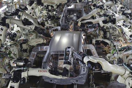 La primera ola de automatización robótica afectó a las grandes plantas de producción de automóviles. Foto: AFP.