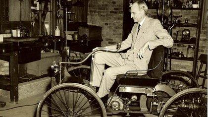 Henry Ford revolucionó la industria automotriz, creando la primera producción masiva de un automóvil.