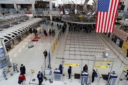Apenas un puñado de personas se observa en la Terminal 1 del aeropuerto JFK de Nueva York (REUTERS/Shannon Stapleton/File Photo)