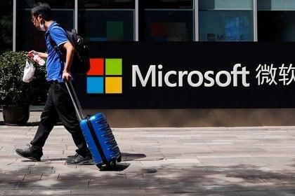 Una persona camina frente al logo de Microsoft en sus oficinas en Beijing, China. 4 de agosto de 2020. REUTERS/Thomas Peter