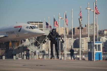 Sam Rogers, ingeniero de diseño de trajes de vuelo en Gravity Industries, muestra un Jet Suit en el Intrepid Sea, Air & Space Museum en Nueva York, EE. UU., 3 de abril de 2019. REUTERS / Brendan McDermid TPX IMAGES OF THE DAY