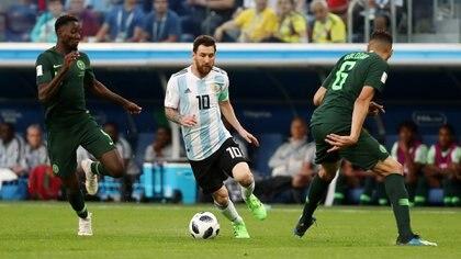 Una imagen que se repite en cada partido: Messi rodeado por rivales (REUTERS/Sergio Perez)
