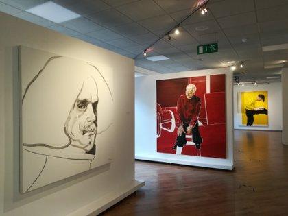 Tres de las obras de Fernando O'Connor: Diego Velázquez en primer plano, retrato de R.B. Kitaj y al fondo El lector