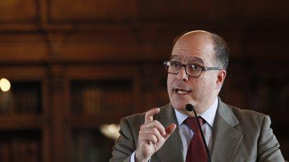 Entre los inhabilitados se encuentran el ex diputado Julio Borges (EFE/Mauricio Dueñas Castañeda/Archivo)
