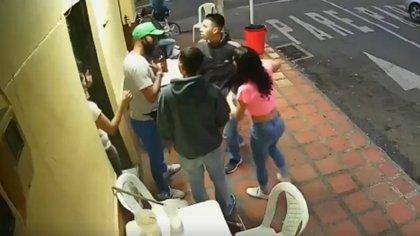 En medio de una discusión, uno de los agresores sacó un arma blanca de su maleta, con la cual asesinó al profesor de educación física.