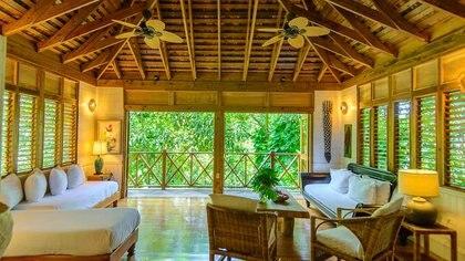 Esta colección de casas en el árbol, todas construidas con materiales de origen local, está rodeada de enredaderas y banianos, todas con vista a la famosa Laguna Azul de Jamaica (Kanopi House)