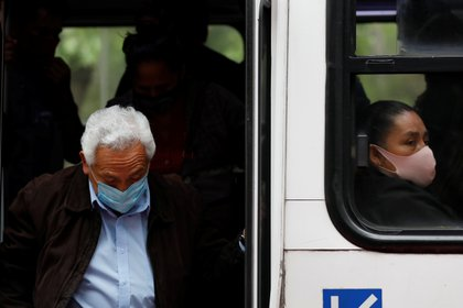 Las primeras poblaciones que recibirán la vacuna son las personas mayores de 60 años (Foto: Reuters/Carlos Jasso)