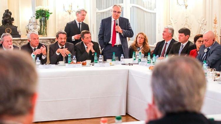 Alberto Fernández con empresarios franceses en París
