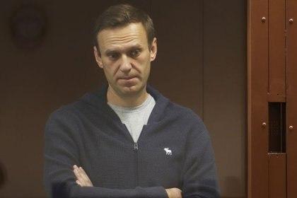 El líder opositor Alexei Navalny se encuentra en un banquillo de los acusados durante una vista judicial en Moscú, Rusia, 12 de febrero de 2021. Servicio de Prensa del Tribunal del Distrito de Babushkinsky de Moscú/Handout via REUTERS