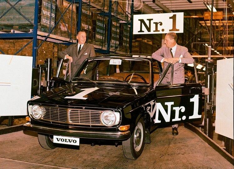 La primera unidad del Volvo 144, al salir de la planta de Estocolmo, en 1966. (Volvo)