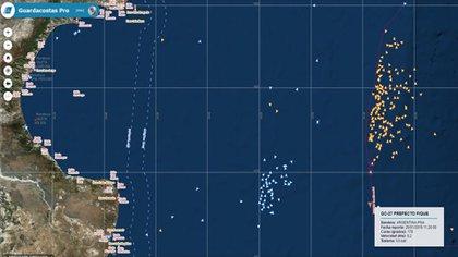 """Imágenes satelitales de la pesca de buques nacionales y extranjeros dentro y fuera del """"Mar Argentino"""". El agua y el viento son escenarios cambiantes, los peces no saben de fronteras y los buques siguen los cardúmenes, explicó un conocedor del sector"""