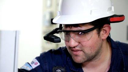 Un operario con el casco de realidad aumentada RealWear HMT1-1Z1