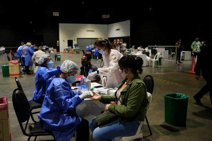Trabajadores de la Salud realizan pruebas de la Covid-19