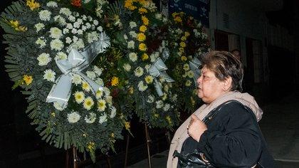María Rosa, hermana de Diego, en el velatorio (Infobae)