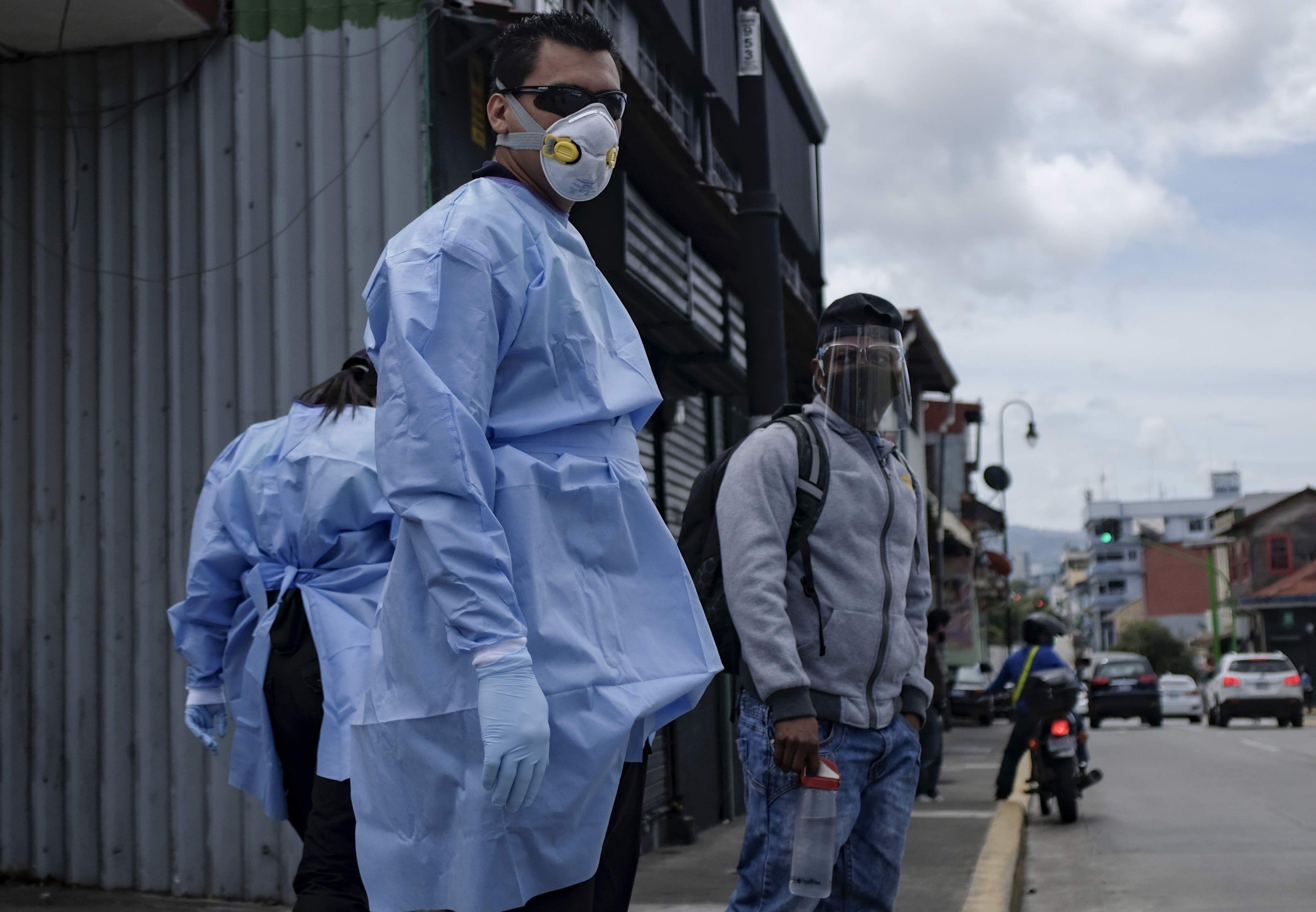 La ANMAT prohibió la comercialización de un tapabocas y camisolines descartables falsificados (EFE /Jeffrey Arguedas /Archivo)