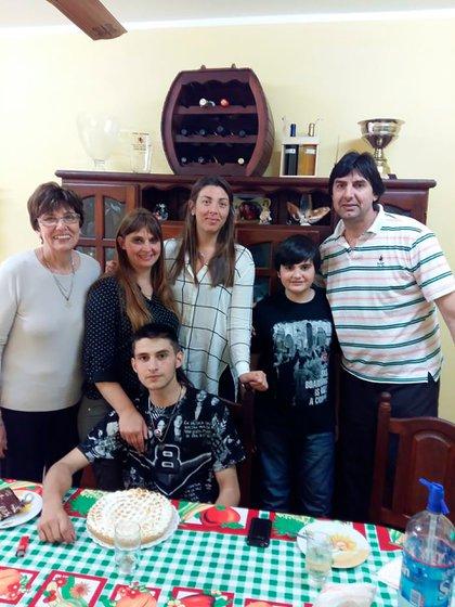 Con abuela, tía, primos, la familia que sumó a su vida.