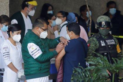 México comenzó a aplicar la vacuna contra el COVID-19 de forma masiva este miércoles (Foto: Hilda Ríos/ EFE)