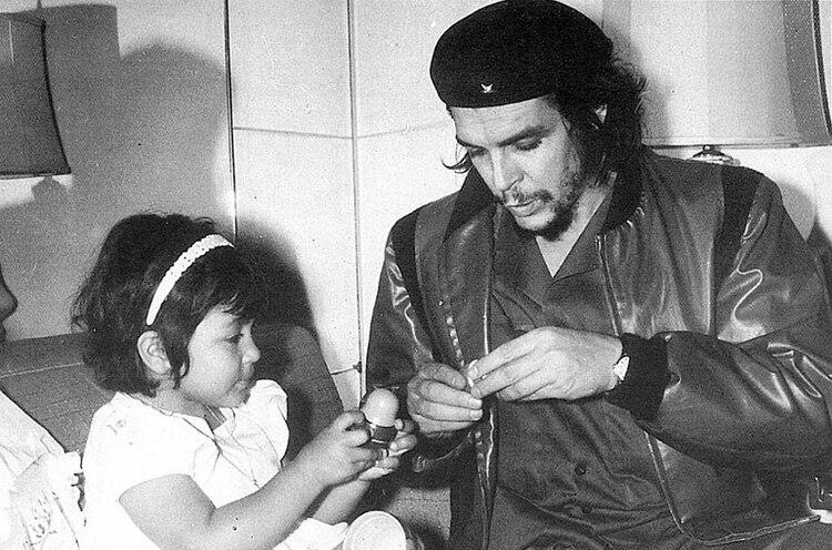 El Che con su hija Hilda, y la misma campera que tenía cuando Korda le tomó la foto.