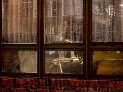 Coches antiguos, vistos a través de las cortinas de un pequeño edificio de la antigua fábrica de VEB de Alemania del Este, donde se producían autos BMW y Wartburg, en Eisenach, en el este de Alemania, el 22 de septiembre de 2020. (AP Foto/Michael Probst)