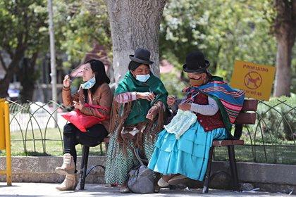 Ciudadanos conversan el 28 de septiembre de 2020 en La Paz (Bolivia). EFE/MartÍn Alipaz