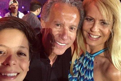 Máximo, con Cecilia Bolocco y José Patricio Daire. De acuerdo a la conductora, el empresario oficia de papá del adolescente (Foto: Instagram)