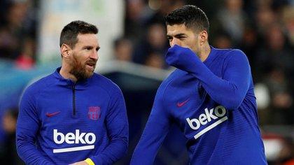 Los mensajes en redes sociales y la continuidad de Lionel Messi abren la incógnita sobre la salida de Luis Suarez (REUTERS)
