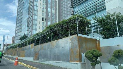 Socios acusaron que las instalaciones de la Cooperativa La Cruz Azul en la capital tienen un muro de acero y las entradas están soldadas (Foto: Especial)