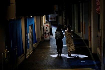 Dos mujeres caminan por un distrito en Tokio, la capital de Japón. Foto: REUTERS/Kim Kyung-Hoon