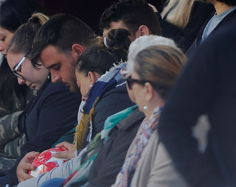 Los padres de Julen sostienen una pelota (REUTERS/Jon Nazca)