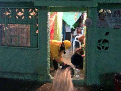Brigadas ayudaron a la población a achicar el agua que había ingresó en los domicilios (Foto: Twitter @Alc_Iztapalapa)