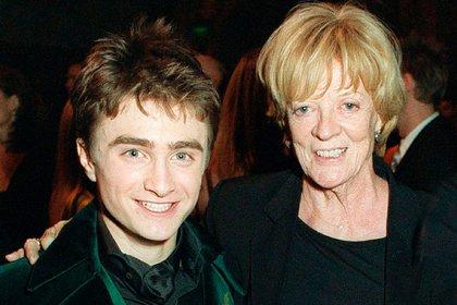 Daniel Radcliffe y Maggie Smith en 2005 (Shutterstock)