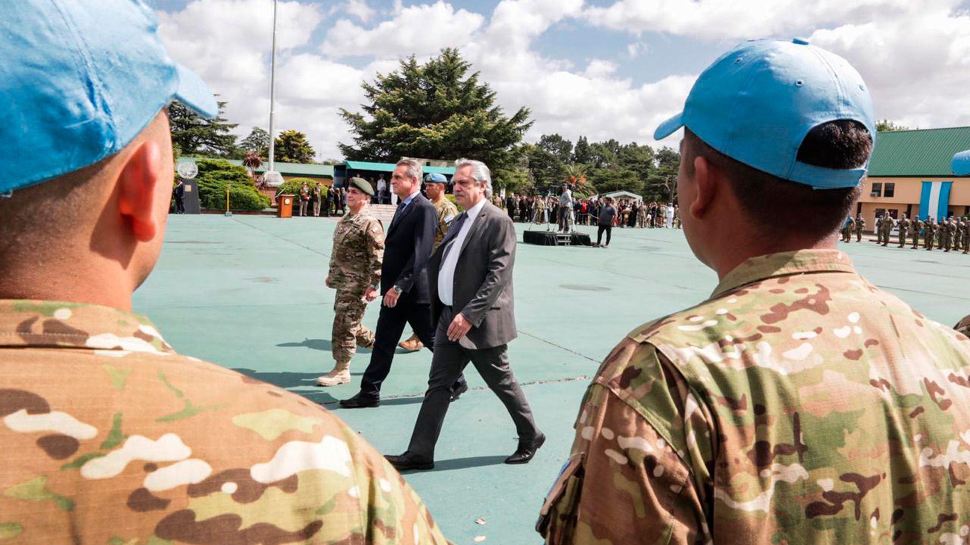Alberto Fernández y Agustín Rossi durante una revista a tropas del Ejército