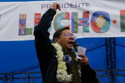 El candidato presidencial Luis Arce del partido Movimiento al Socialismo (MAS) habla durante un mitin de clausura antes de las elecciones presidenciales bolivianas, en El Alto, en las afueras de La Paz, Bolivia, 14 octubre 2020. REUTERS/David Mercado
