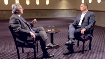 Alberto Fernández junto a Rafael Correa durante la entrevista que realizaron en 2019 en el canal RT en Español (captura TV)