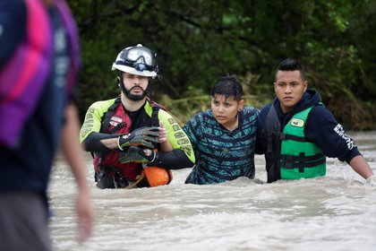 Trabajadores de protección civil rescatan a un joven después de la tormenta Hanna en El Carmen, en las afueras de Monterrey (Foto: Reuters)