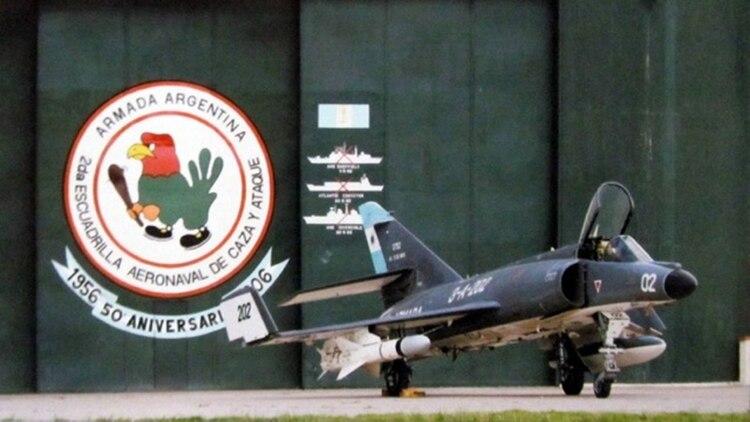 El avión 3-A-302 que volaba Bedacarratz en el hangar de la Base Aeronaval Comandante Espora en 1983, cuando la escuadrilla fue condecorada.