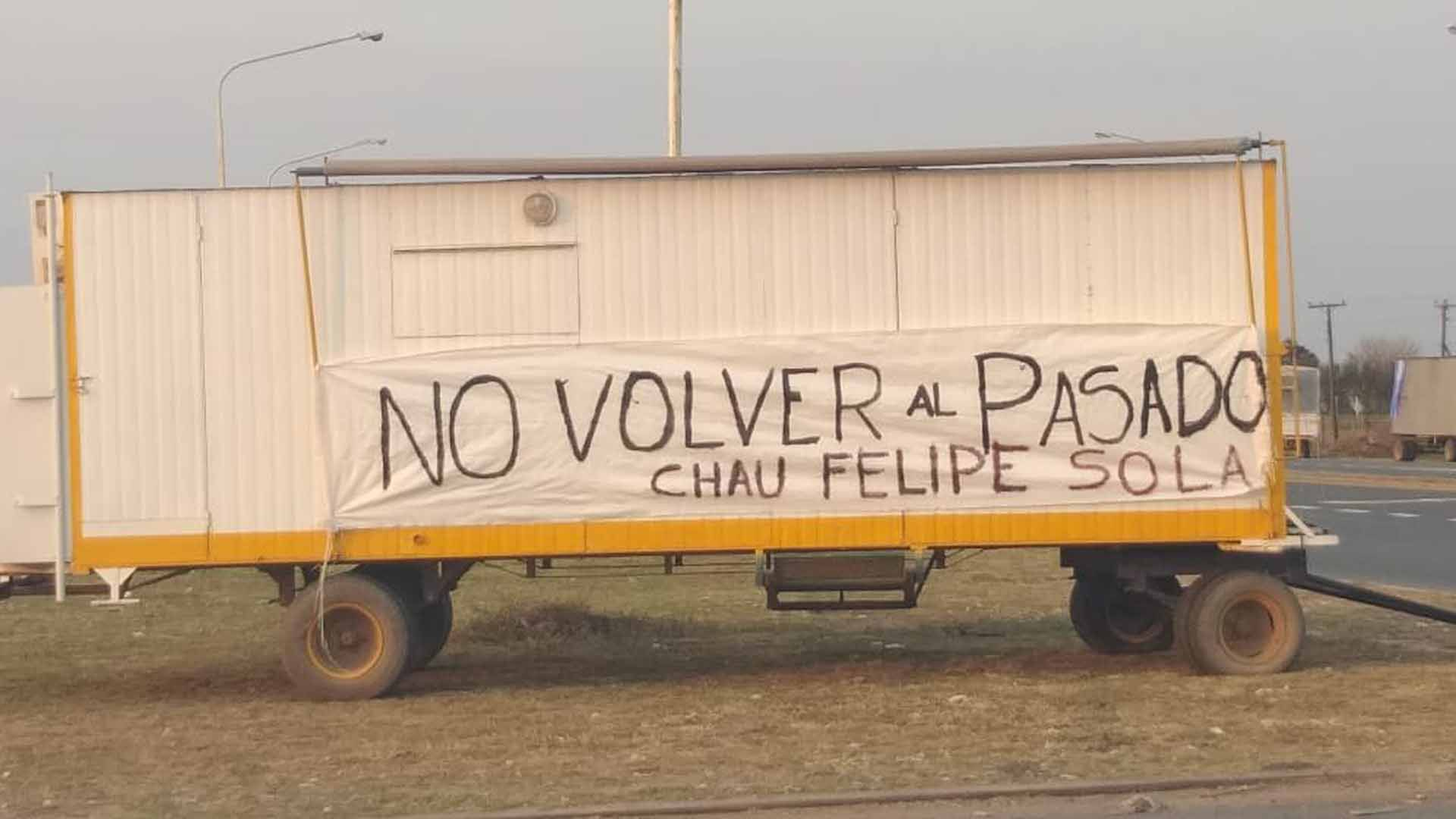 """Uno de los camiones de uno de los productores que se estacionó en la ruta con un cartel que decía """"No volver al pasado. Chau Felipe Solá"""""""